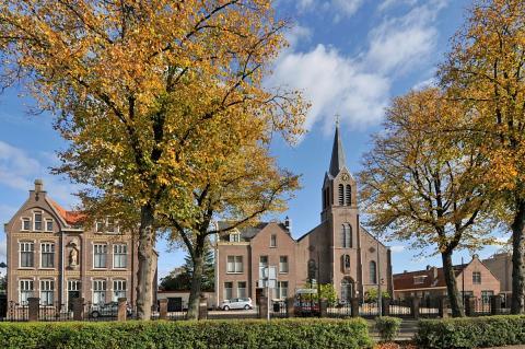 Joannes de Doperkerk aan de Kruisweg met links op de foto het parochiehuis. (foto: Kees van der Veer)