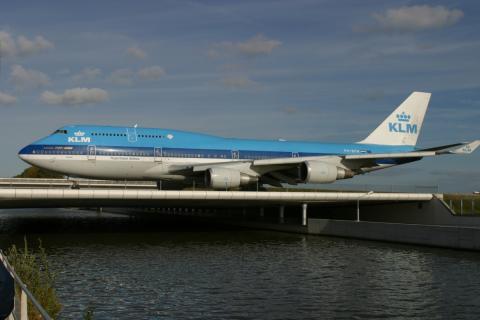 Klm-toestel over Hoofdvaart (foto: Beeldbank Haarlemmermeer)
