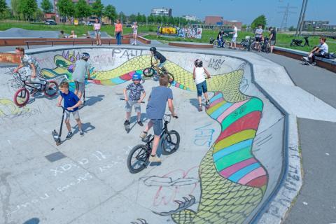 jongeren op de skatebaan in Floriande (foto: Margo Oosterveen)