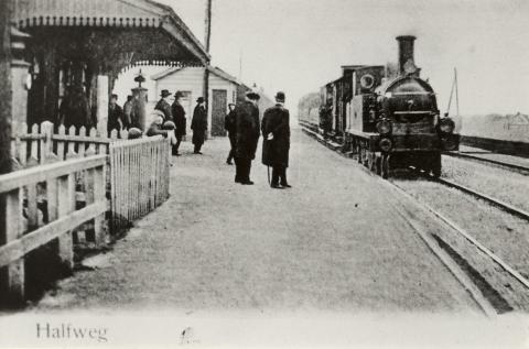Het perron van station Halfweg t.o. de suikerfabriek, de trein uit Haarlem.