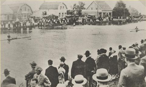 Roeiwedstrijden (Olympiade) in de Ringvaart bij Sloten (1928) foto: Noord-Hollands Archief)